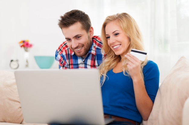 Casal sorridente durante as compras online