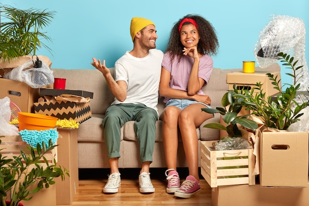 Casal sorridente e alegre sonha com um bom futuro em seu novo apartamento