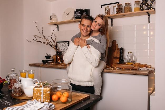 Casal sorridente em casa