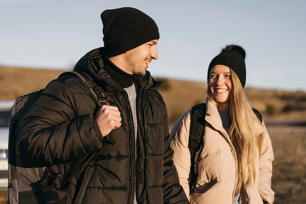 Casal sorridente em foto média no feriado