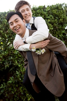 Casal sorridente em foto média posando junto