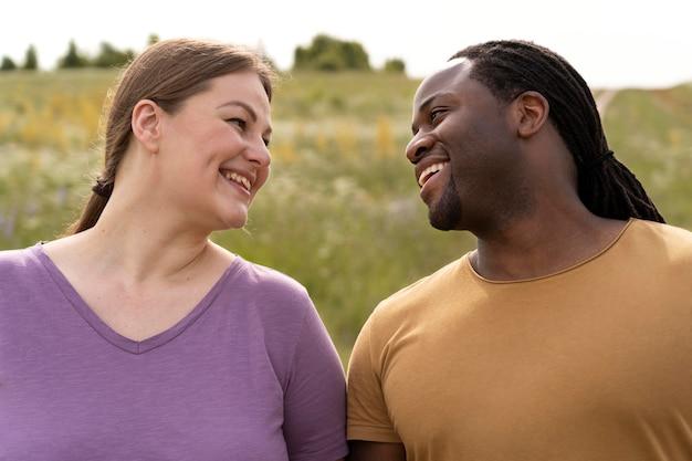 Casal sorridente em foto média posando