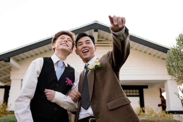 Casal sorridente em foto média pronta para o baile