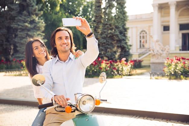 Casal sorridente fazendo foto de selfie
