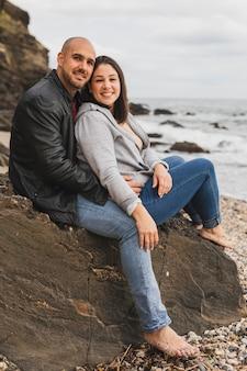 Casal sorridente na beira-mar