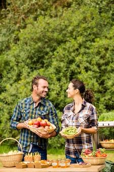Casal sorridente, olhando um ao outro na fazenda