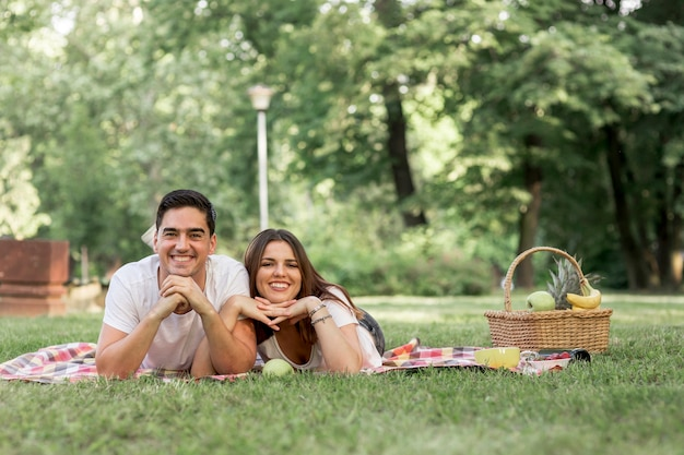 Casal sorridente posando para a câmera