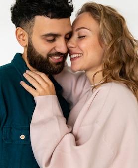 Casal sorridente romântico se beijando em casa