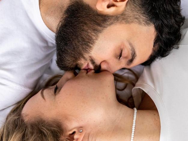 Casal sorridente se beijando em casa