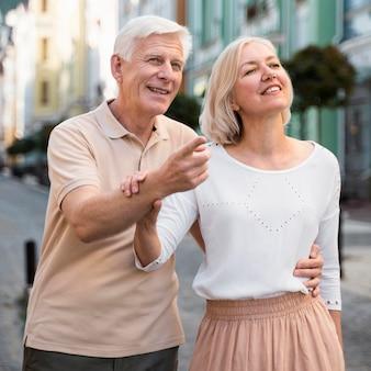 Casal sorridente sênior ao ar livre na cidade