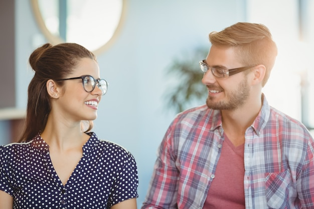 Casal sorridente usando óculos