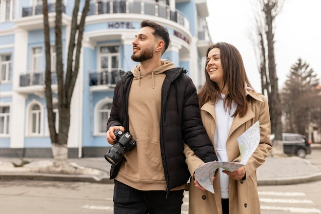 Casal sorridente viajando plano médio