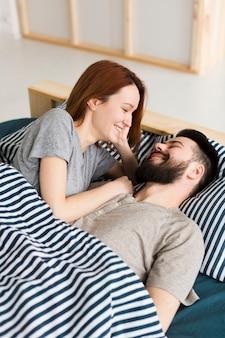 Casal sorrindo um ao outro