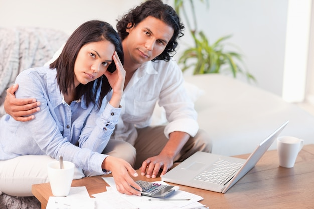 Casal tendo dificuldade em pagar suas contas