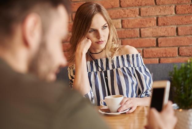 Casal tendo problemas de comunicação