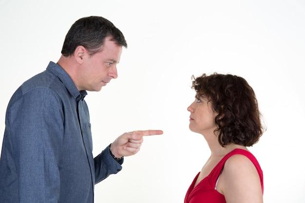 Casal tendo problemas. divórcio. sobre a decoração de hanukkah branca.