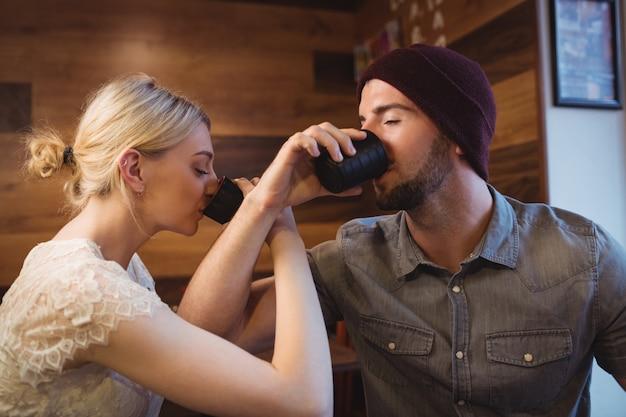 Casal tendo saquê bebida no restaurante