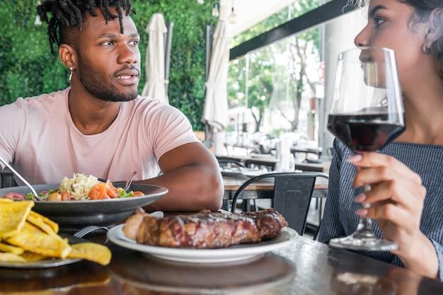 Casal tendo um encontro em um restaurante.