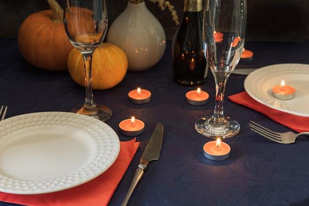Casal tendo um lindo encontro à luz de velas jantar à luz de velas em um restaurante