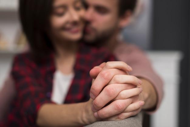 Casal tendo um momento de ternura