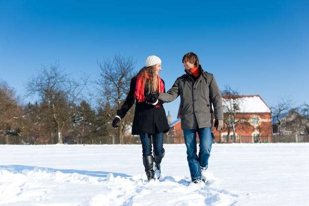 Casal tendo um passeio de inverno