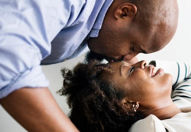 Casal tendo um tempo romântico e feliz juntos