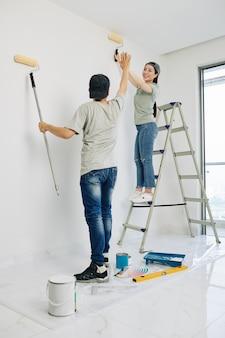 Casal terminando pintura