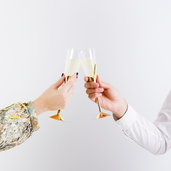 Casal tilintando copos de vinho espumante
