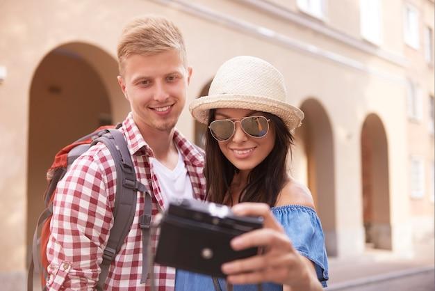 Casal tirando foto enquanto viaja