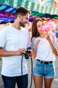 Casal tirando fotos na feira