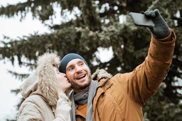 Casal tirando uma foto no inverno