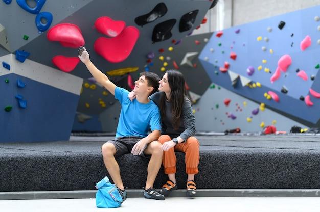 Casal tirando uma selfie depois de escalar esportes.