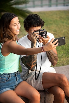 Casal tirando uma selfie durante uma viagem no verão