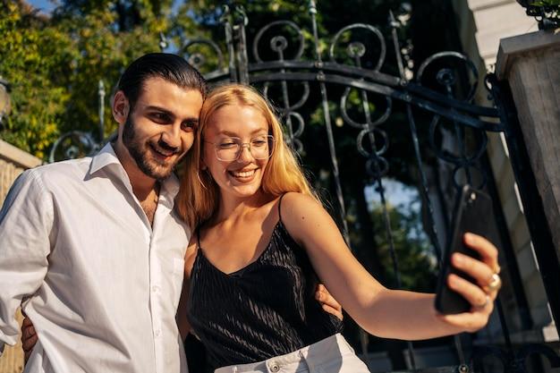 Casal tirando uma selfie juntos