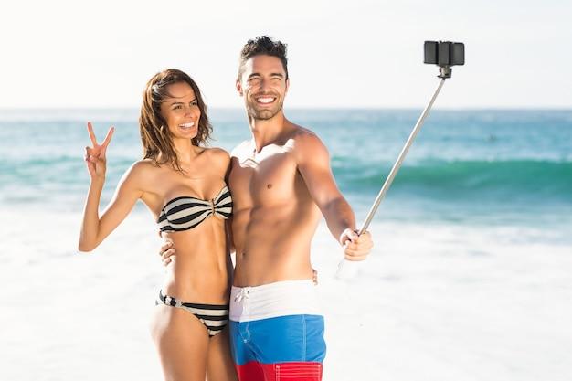 Casal tirando uma selfie
