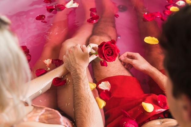 Casal tomando banho no dia dos namorados
