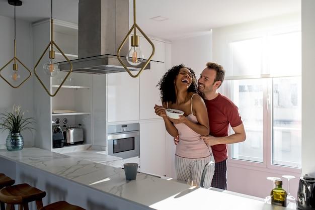 Casal tomando café da manhã em casa