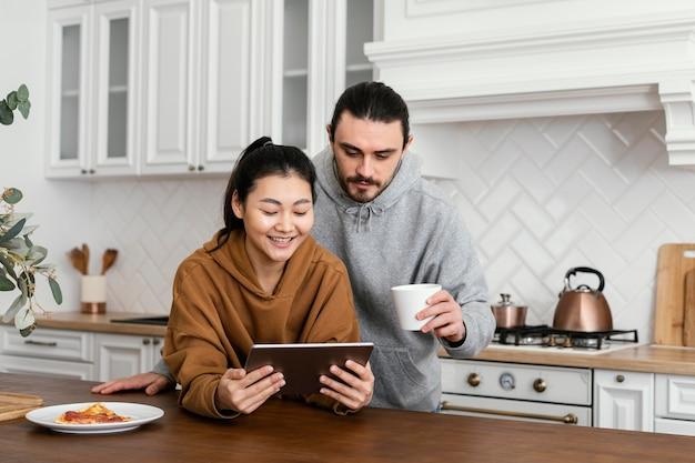 Casal tomando café da manhã na cozinha