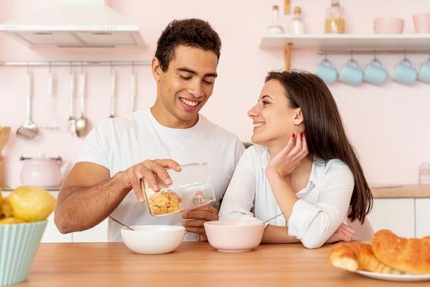 Casal tomando café na cozinha