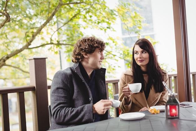 Casal tomando café no restaurante