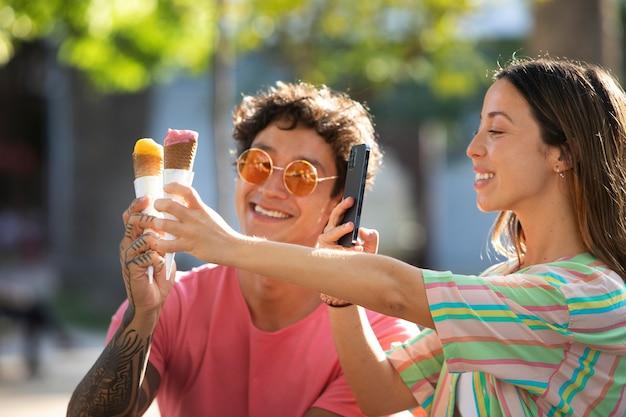 Casal tomando sorvete enquanto viaja