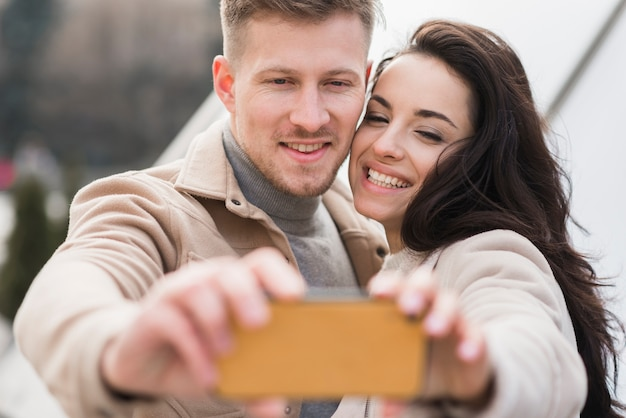 Casal tomando uma selfie