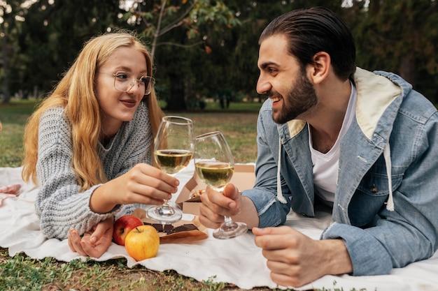Casal tomando uma taça de vinho lá fora