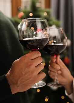 Casal torcendo copos de vinho
