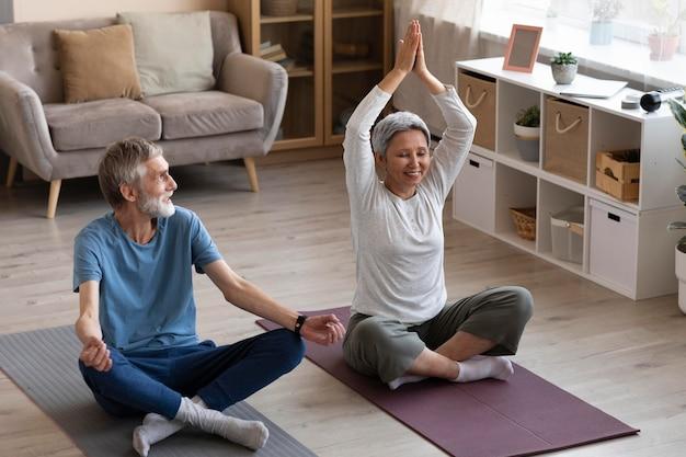 Casal treinando juntos em casa
