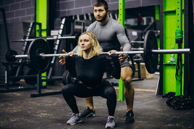 Casal treinando juntos na academia