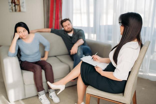 Casal triste jura na recepção do psicólogo