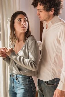 Casal triste olhando um ao outro