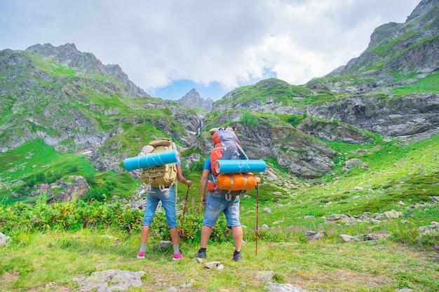 Casal twp turista mochileiro homem e mulher com mochila na montanha