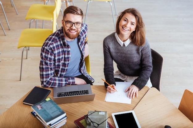 Casal usando laptop e trabalhando juntos